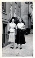 Photo Originale 2 Charmants Mannequins Sur Leur 31 Croisées Ville, Photo De Mode & Canons De Beauté Vers 1940/50 - Pin-up