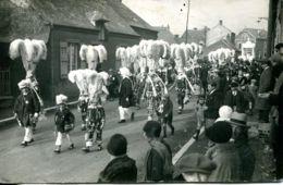 N°1813 R -carte Photo Les Gilles Dans La Rue De Guise à Hirson (02) - Danse