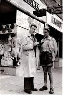 Photo Originale Jeune Homme Réalisant Un Sondage Dans La Rue Sur Le Trottoir De La Boutique Joe's En 1954 - Professions