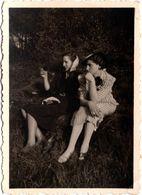 Photo Originale Duo Féminin Sur Talus Vers 1940, Mode Chapeau & Rayures Ou Foulard & Robe Noire - Pin-up