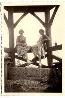 Photo Originale Duo Féminin Aux Robes Fleuries Sous Un Kiosque Vers 1930/40 - Pin-up