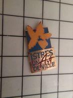 316a Pin's Pins / Rare & Belle Qualité !!! THEME : VILLES / FLEUR JAUNE ISTRES UN ART DE VILLE - Marques