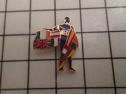 316a Pin's Pins / Rare & Belle Qualité !!! THEME : BD BANDE DESSINEE / HOMME BLEU BD ENVELOPPE DE DRAPEAUX EUROPEENS !!! - BD