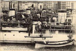 Marine Militaire Francaise  -  On Hisse Une Torpille A Bord D'un Torpilleur  -   CPA - Guerre