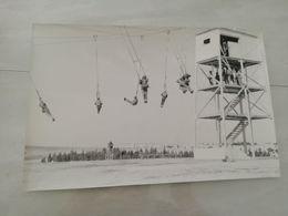 19362   PHOTO DE PRESSE 30X20CM   ENTRAINEMENT AU SAUT EN PARACHUTE MILITAIRE - Photographs