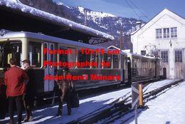 Reproduction D'une Photographie D'un Train à Crémaillère WAB En Gare à Lauterbrunnen En Suisse En 1970 - Reproductions