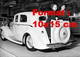 Reproduction D'une Photographie Ancienne De Deux Femmes Dans Le Coffre D'une Triumph Dolomite à Londres En 1937 - Reproductions