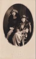 2 LADIES WEARING HATS - Moda
