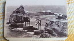 PHOTO DE BIARRITZ  LE ROCHER DE LA VIERGE 1910 30 ? FORMAT 9 PAR 15 CM  MAL DECOUPEE CARTONNE 18 GR - Lieux