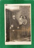 - Photo De Famille1924  Le Pére La Mére  Leurs Deux Filles Photo Prise Sur Le Seuil De Leur Maison Impeccable - Fotografía