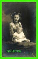 PHOTO- ORIGINALE - DAME AVEC SON ENFANTS ASSIS SUR UN POUF - - Anonyme Personen