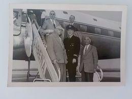 1955 Aviation Sabena Photo Pilote Et Passager Sur Passerelle Avion Départ Pour Congo - Advertisements
