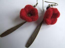 Boucles D'oreilles Artisanales, Fleurs Rouges, Fleurs Laine Feutrée, Pendentif Martelé, Zinc, Couleur Bronze, Pièce Uniq - Earrings