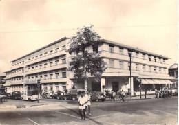 AFRIQUE NOIRE - COTE D'IVOIRE - ABIDJAN : Hotel Du Parc ( Animation - Automobiles ) CPSM Dentelée N/B Grand Format - - Côte-d'Ivoire
