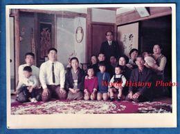 Photo Ancienne - JAPON - Beau Portrait De Famille - Deco Decor Intérieur Mode Femme Enfant Robe Asia Asiatique Homme - Non Classés