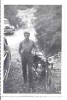 JEUNE HOMME PRES D'UNE MOTO   ANNEE  1950 - Fotos