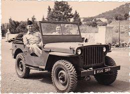 Photographie : Militaire - Militaria : Soldat En Pose Avec Son Toubib Dans Une Jeep : Algérie - ORAN - 1956 - - Krieg, Militär