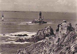 29 CLEDEN-CAP-SIZUN Le Phare De La Vieille, Dans Le Lointain L'île De Sein - Cléden-Cap-Sizun
