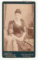 0516 CDV Photo: G. Moore, Dublin - Hübsche Junge Dame Im Tailliertem Kleid, Frau Femme Woman - Old (before 1900)