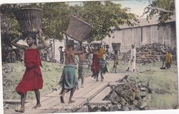 NIGERIA      CARTE  POSTALE DE JEBBA   HAUSA WOMEN LOADING CARGO BOAT - Nigeria
