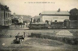 Chazé Henry * La Gare * Train Locomotive Machine * Ligne Chemin De Fer Maine Et Loire * Automobile Ancienne De Marque ? - Autres Communes