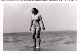 Photo Originale Plage & Maillot De Bain Pour Pin-Up Sexy Cherchant La Mer à Marée Basse Vers 1940/50 - Pin-up
