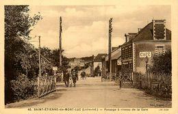 St Etienne De Montluc * Passage à Niveau De La Gare * Café * Ligne Chemin De Fer - Saint Etienne De Montluc