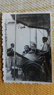 PHOTO DE PETITS ENFANTS SUR UN MANEGE DANS LE SUD DE LA FRANCE PENDENT 2 EME GUERRE 1941 ?  FORMAT 6 PAR 8.5 CM - Personnes Anonymes