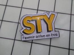 415a Pin's Pins / Rare & Belle Qualité !!! THEME : TRANSPORTS / STY L'AVENIR ARRIVE EN BUS Lentement Et Bruyamment Alors - Transportes