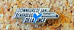 Pin's SNCF Train SNCF DONNEURS DE SANG BÉNÉVOLES DE LA SNCF - Argenté - Fabricant METARGENT - Transportes