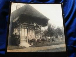 Photo Grand Cabinet Anonyme - Maison à Colombage, Toit De Chaume, Normandie ? Homme Et Pompe Agricole Ca 1895-1900 L514 - Anciennes (Av. 1900)