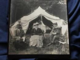 Photo Grand Cabinet Anonyme - Groupe élégant Devant Une Tente, Femme Avec Petit Chien Sur Les Genoux, Ca 1895-1900 L514 - Anciennes (Av. 1900)