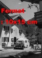 Reproduction D'une Photographie Ancienne D'une Mercedes-Benz 260D Cabriolet Avec Une Caravane Dans Un Village En 1937 - Reproductions