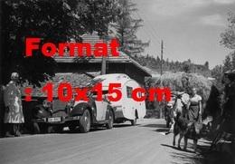 Reproduction Photographie Ancienne D'une Mercedes-Benz 260D Cabriolet Avec Une Caravane Au Milieu D'un Village En 1937 - Reproductions