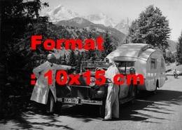 Reproduction Photographie Ancienne D'une Mercedes-Benz 260D Cabriolet Avec Une Caravane Arrêtée Sur Une Route En 1937 - Reproductions