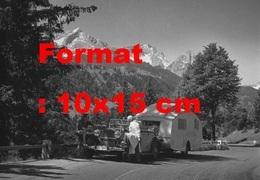 Reproduction Photographie Ancienne D'une Mercedes-Benz 260D Cabriolet Avec Une Caravane Arrêtée En Montagne En 1937 - Reproductions