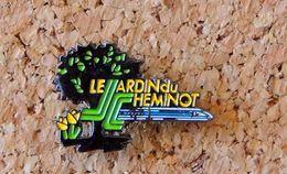Pin's SNCF Train LE JARDIN DU CHEMINOT - Peint Cloisonné - Fabricant RLG - Transportes