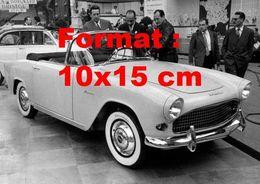 Reproduction Photographie Ancienne D'une Automobile De Marque Simca Aronde Décapotable Un Salon De L'automobile En 1953 - Reproductions