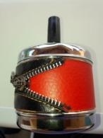 Cendrier Vintage Avec Mécanisme Ressort  à Poussoir , Fermeture éclair Sur Le Côté - Metal