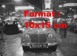 Reproduction D'une Photographie Ancienne D'une Automobile De Marque Rover 75 à Un Salon De L'automobile En 1953 - Reproductions