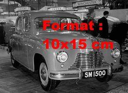 Reproduction D'une Photographie Ancienne D'une Singer 1500 Saloon à Un Salon De L'automobile En 1949 - Reproductions