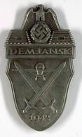 Demjansk Ärmelschild In Silbergrau, Eisen Patiniert (1943-1944), Alle Splinte Vorhanden, Leicht Berieben, Zustand 2., Ka - Militares