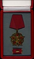 DDR, Karl-Marx-Orden, 1953, 333er-Goldlegierung, Teilweise Emailliert, Fünfzackiger Goldumrandeter Rubinroter Stern Auf  - Militaria