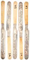 Vier Buttermesser Mit Ornamental Verzierten Klingen Und Griffen Aus Wohl Bein Mit Dekor Aus Einer Fahne Mit Darstellung  - Monnaies & Billets