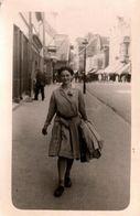 Carte Photo Originale Marcheuse De Rue Sur Trottoir En Ville Vers 1930/40 - Pin-up