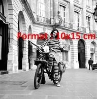 Reproduction D'une Photographie Ancienne D'une Mannequin En Tenue Rayée Sur Un Vélomoteur Solex Place Vendôme En 1964 - Reproductions