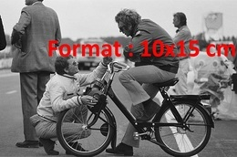 Reproduction D'une Photographie Ancienne De L'acteur Steve McQueen Sur Un Vélomoteur Solex En 1970 - Reproductions
