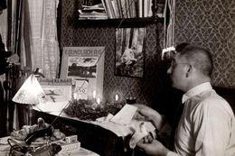 Photo Originale Déballage & Cadeaux De Noël En 1929 Entre Père & Fils, Fer à Repasser, Livre, Maquette, Odol, Vin, Fruit - Gegenstände