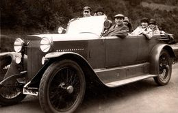 Carte Photo Originale Famille En Torpédo à Identifier Vers 1920, Calandre Cubique En Pointe, Mascotte Aigle, Allemagne ? - Auto's