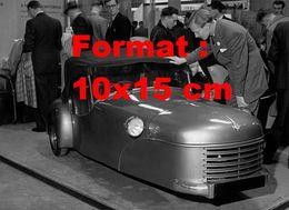 Reproduction Photographie Ancienne D'une Mini Voiture à 3 Roues La Bond Three-Wheeler à Un Salon De L'automobile 1949 - Reproductions